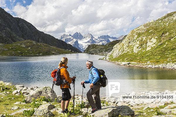 Wanderer  Macun-Seenplatte  hinten die Verstanclagruppe  Schweizer Nationalpark  Graubünden  Schweiz
