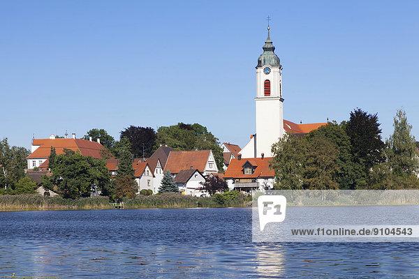 Zellersee und Pfarrkirche St Gallus und Ulrich  Kisslegg  Oberschwaben  Baden-Württemberg  Deutschland