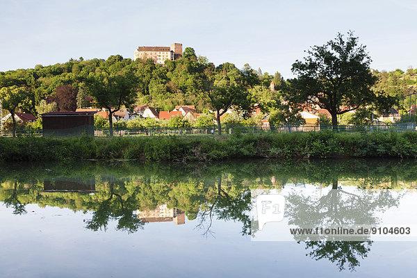 Burg Gamburg oberhalb von Gamburg  vorne die Tauber  Gamburg  Werbach  Baden-Württemberg  Deutschland