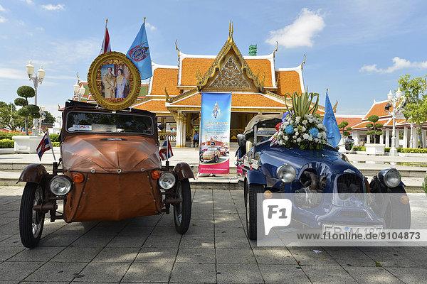 Oldtimerausstellung vor Wat Ratchanatda  Bangkok  Thailand