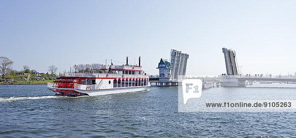 'Raddampfer ''Schlei Princess''  geöffnete Klappbrücke  Kappeln  Ostseefjord Schlei  Schleswig-Holstein  Deutschland'