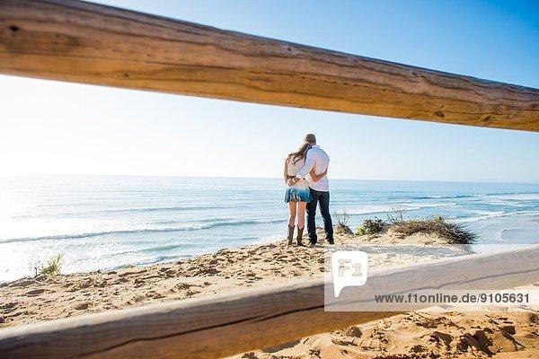 Romantisches junges Paar am Strand  Torrey Pines  San Diego  Kalifornien  USA