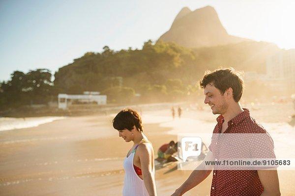 Junges Paar bei Sonnenuntergang  Ipanema Beach  Rio  Brasilien