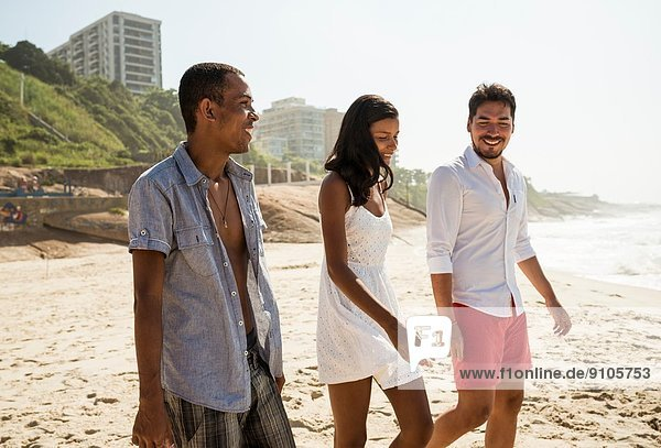 Drei Freunde beim Bummeln am Strand von Arpoador  Rio De Janeiro  Brasilien