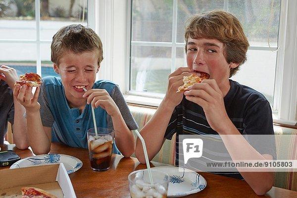 Jungen essen Pizza