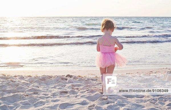 Mädchen mit Tutu am Strand in Tulum  Mexiko Mädchen mit Tutu am Strand in Tulum, Mexiko