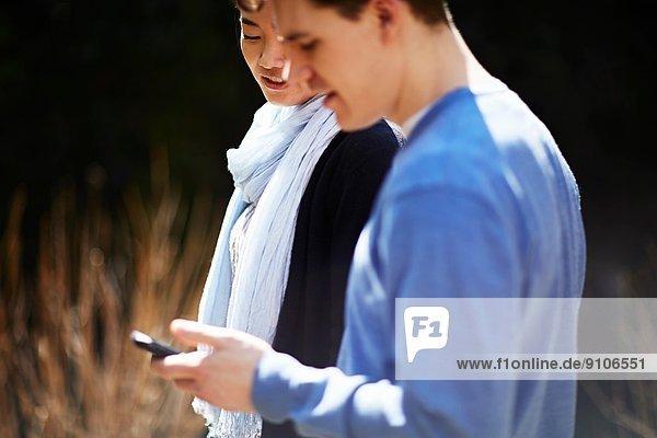 Junges Paar  Mann mit Handy