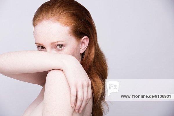 Porträt einer jungen Frau  Seitenansicht  nackte Schultern  Blick in die Kamera Porträt einer jungen Frau, Seitenansicht, nackte Schultern, Blick in die Kamera