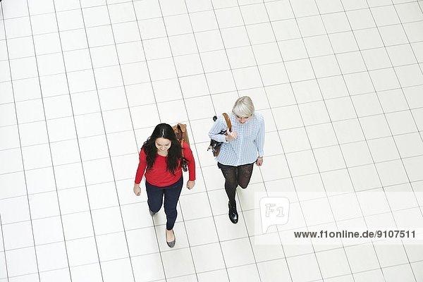 Zwei junge Frauen beim Gehen  hoher Winkel
