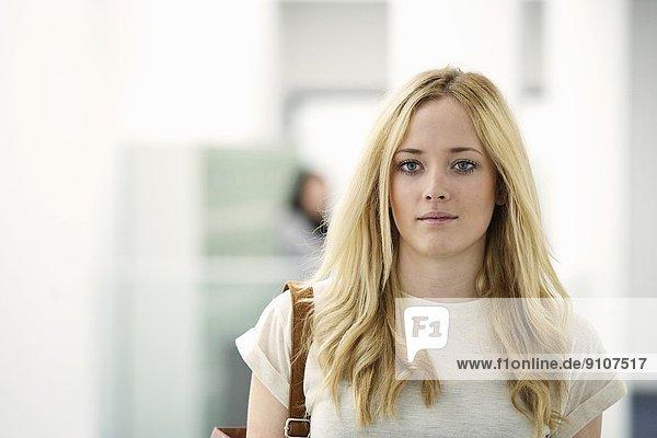 Porträt einer jungen Frau mit langen blonden Haaren