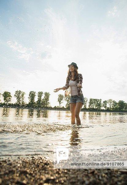 Junge Frau beim Paddeln im See