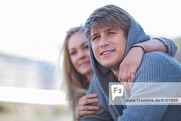 Fröhliches romantisches junges Paar