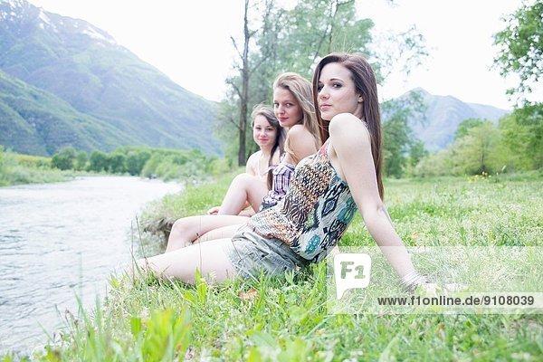 Porträt von drei Freundinnen am Flussufer  Piemonte  Italien