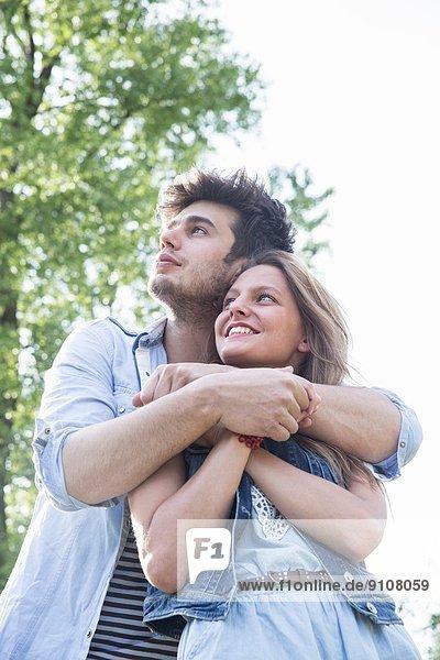 Romantisches junges Paar mit Blick nach oben