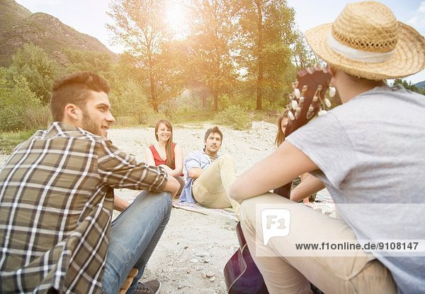 Freunde sitzen beim Picknick