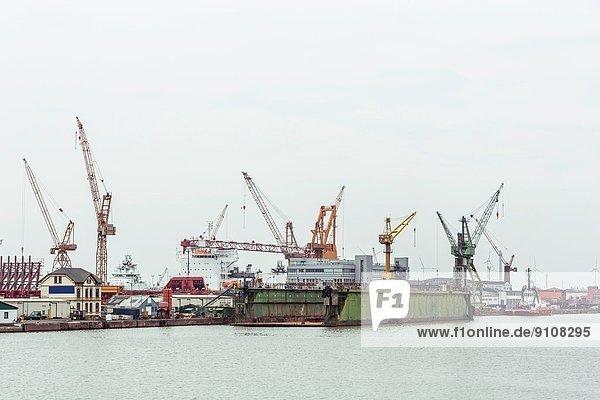 Trockendock und Hafenkrane im Hintergrund  Bremerhaven  Deutschland