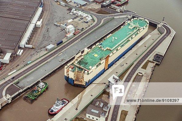Autotransporter in einer Schleuse  Bremerhaven  Deutschland