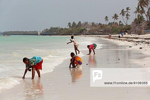 Ostafrika  Farbaufnahme  Farbe  Spiel  Strand  jung  Mädchen  Kleid  Paje  Tansania