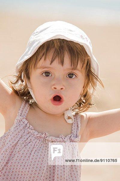 Außenaufnahme Urlaub Strand Hut Baby Sonnenlicht Mittelmeer freie Natur