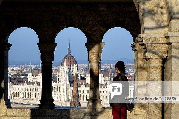 Budapest  Hauptstadt  Frau  sehen  Gebäude  Parlamentsgebäude  Ungarn  Bastion