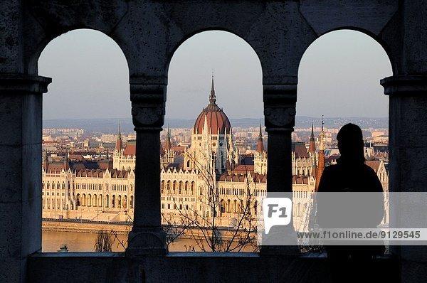 Budapest  Hauptstadt  Frau  sehen  Sonnenuntergang  Silhouette  Gebäude  Parlamentsgebäude  Ungarn  Bastion