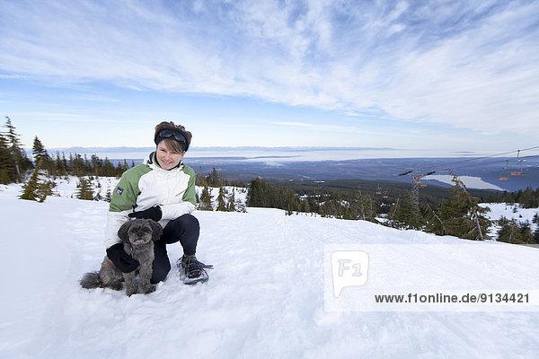 Frau  klein  Hund  verboten  Hochebene  Comox Valley  British Columbia  Kanada  Schneeschuhlaufen  Vancouver Island