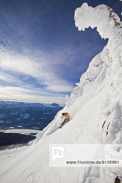 Berg  Snowboardfahrer  besprühen  Urlaub  Gesichtspuder  unbewohnte  entlegene Gegend  Splitboard  tief