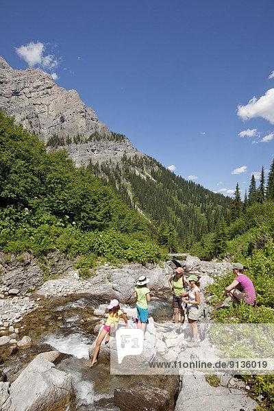 nahe  Berg  ruhen  folgen  See  2  jung  Fernie  British Columbia  Kanada  Rest  Überrest