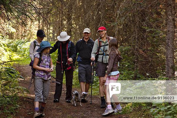 nahe  Berg  folgen  See  wandern  2  jung  Fernie  British Columbia  Kanada