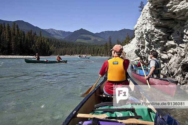 Mittelgroße Menschengruppe  Mittelgroße Menschengruppen  Fröhlichkeit  Reise  Fluss  Kanu  1  Kootenay Nationalpark  Kanada  Floß