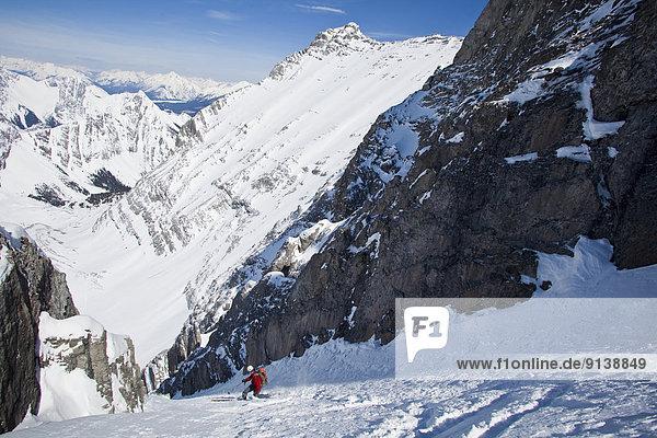 Ski  Skifahrer  französisch  absteigen  bizarr  Brücke  unbewohnte  entlegene Gegend  Kananaskis Country  Peter Lougheed Provincial Park  Kalkstein  steil