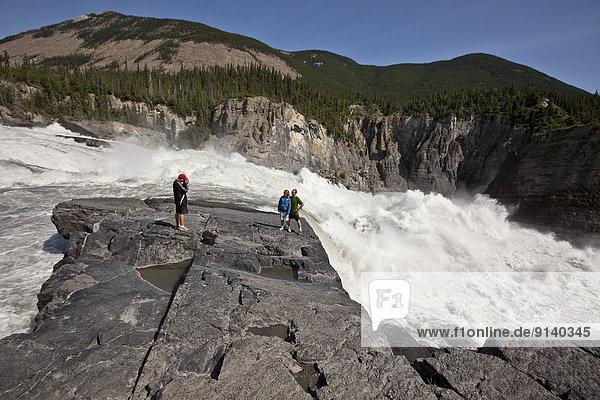 Fröhlichkeit  Sohn  Menschliche Eltern  fotografieren  Ansicht  Northwest Territories  Kanada