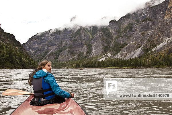 Fluss  frontal  Kanu  jung  Northwest Territories  Mädchen  Kanada  Schlucht