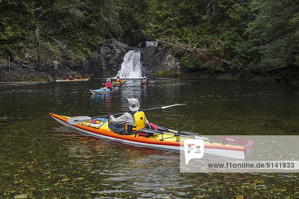 Forschung Insel Kajakfahrer Wasserfall britisch Kanada Westküste