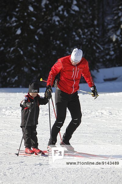 überqueren  unterrichten  Menschlicher Vater  Sohn  See  Skisport  Norden  British Columbia  Kanada  Kreuz