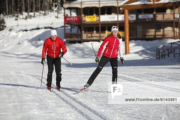überqueren  junger Erwachsener  junge Erwachsene  See  Skisport  jung  Norden  Erwachsener  British Columbia  Kanada  Kreuz