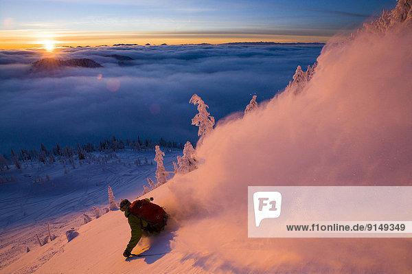 nahe Skifahrer Sonnenuntergang Spur unbewohnte entlegene Gegend Sonnenlicht British Columbia Nelson Schnee