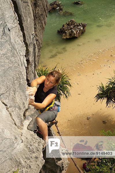 Felsbrocken  Frau  jung  Bucht  klettern  Vietnam