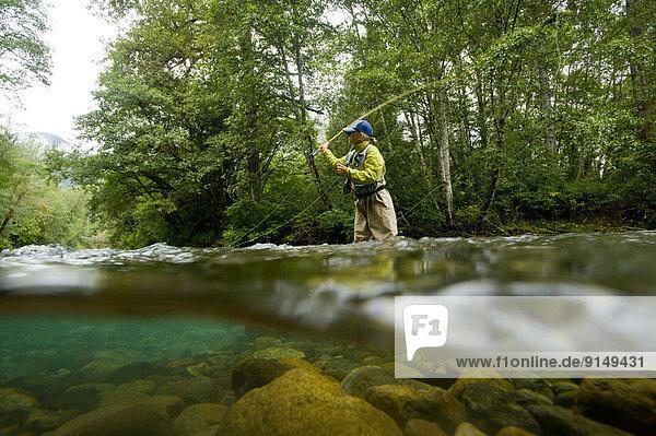 junge Frau junge Frauen Fluss angeln Forelle