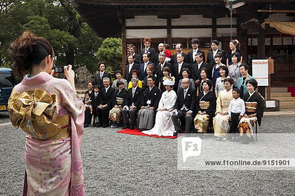 Mittelgroße Menschengruppe  Mittelgroße Menschengruppen  Zusammenhalt  Fotografie  Verwandschaft  Zukunft  Hochzeit  Tradition  arrangieren  Reihe  japanisch