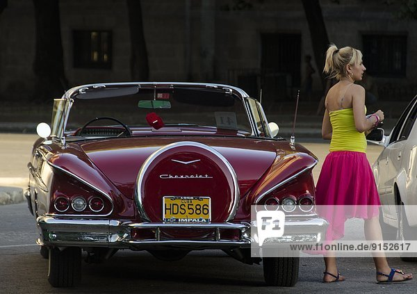 Havanna  Hauptstadt  Impala  Aepyceros melampus  Frau  jung  Chevrolet  Kuba  alt