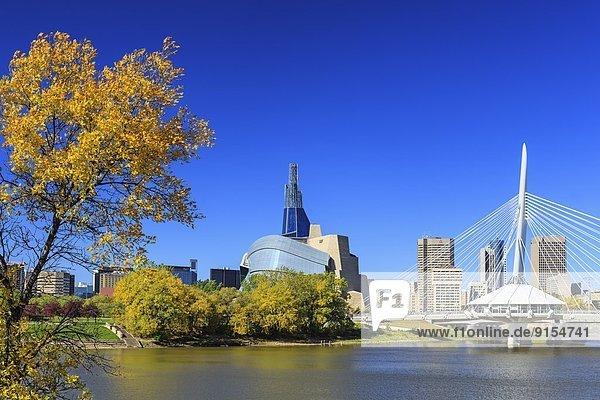 Skyline  Skylines  Mensch  sehen  Brücke  Fluss  Museum  Herbst  rot  Kanada  kanadisch  Manitoba  Winnipeg