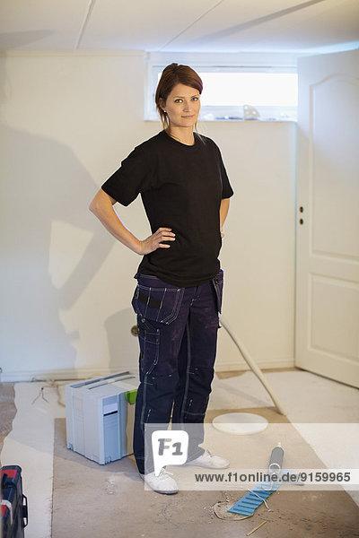 Porträt einer selbstbewussten Schreinerin auf der Baustelle