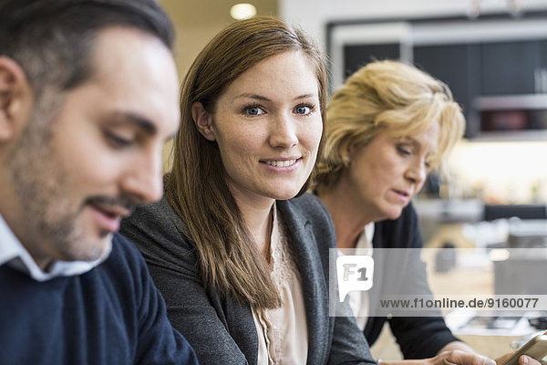 Porträt der selbstbewussten Geschäftsfrau im Büromeeting