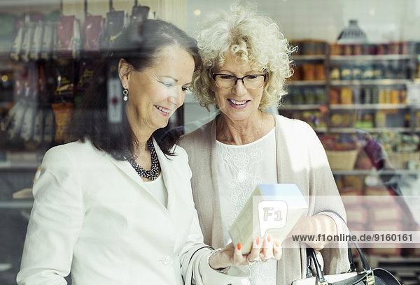 Seniorinnen prüfen Anweisungen zum Produkt im Geschäft