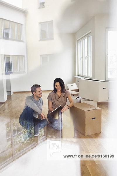 Volle Länge der Paar-Lesebroschüre in ihr neues Haus