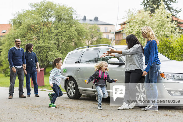 Homosexuelle Familien genießen mit dem Auto auf der Straße