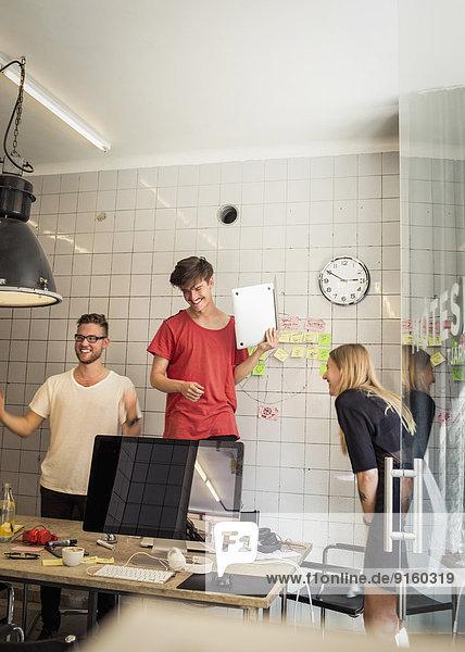 Erfolgreiches Team von neuen Geschäftsleuten im Kreativbüro