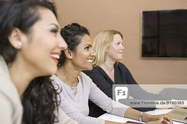 Seitenansicht der Geschäftsfrauen in der Besprechung im Kreativbüro