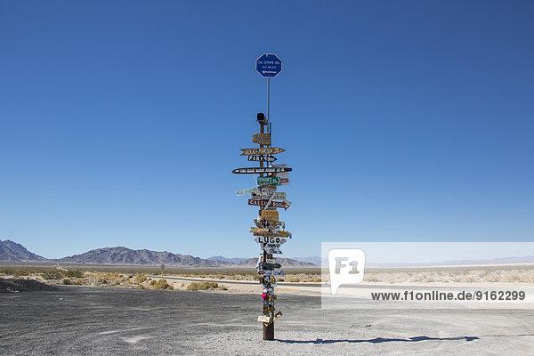 Wegweiser an der Desert Center Rice Road  Kalifornien  USA